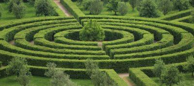 labyrinthe dans un jardin
